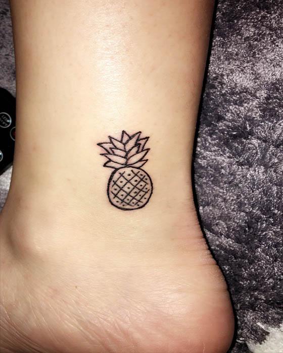 tatuaje de piña pequeño tobillo
