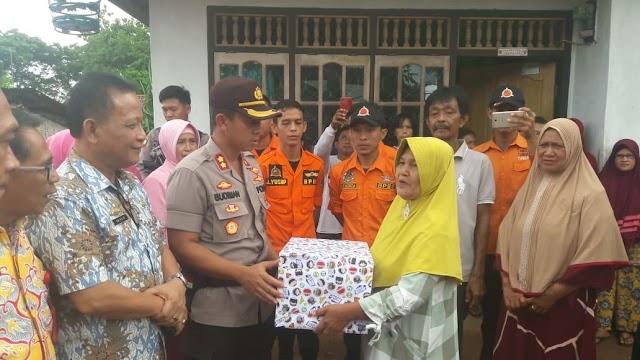Kunjungi Korban Banjir, Kapolres Lampung Utara Berikan Bantuan Sembako