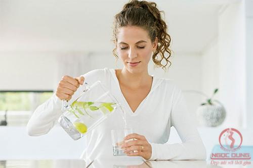 Cách giảm béo bụng bằng nước uống giảm cân detox