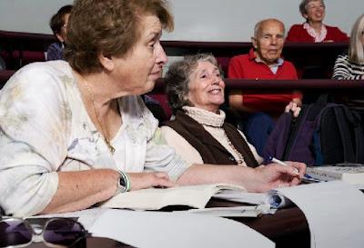 Personas mayores estudiando