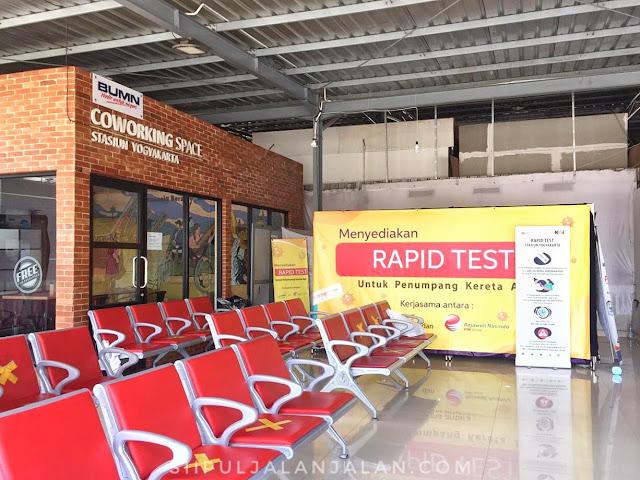 Kursi tempat tunggu di stasiun tugu yogyakarta