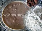 Prajitura desteapta cu ciocolata preparare reteta - incepem sa incorporam incetisor faina