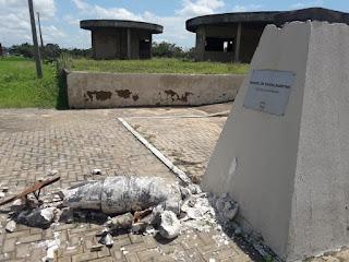 Chuva destrói estátua do Visconde da Parnaíba em Oeiras do Piauí