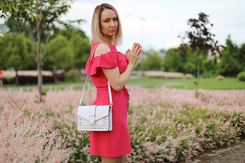 https://www.doganiammotyle.pl/2019/06/malinowa-sukienka-z-falbana.html#more