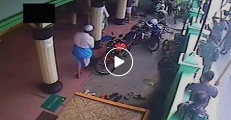 VIDEO: Tak Hanya Keroyok Warga, Segerombolan TNI ini Juga Sikat Uang Kas Masjid