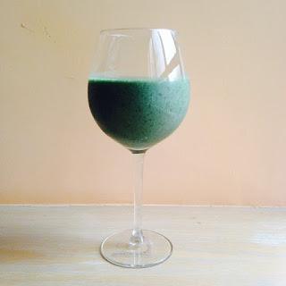 zielony napój w kieliszku