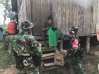 Satgas Yonif 512 Bagikan Pakaian Kepada Masyarakat di Perbatasan Papua
