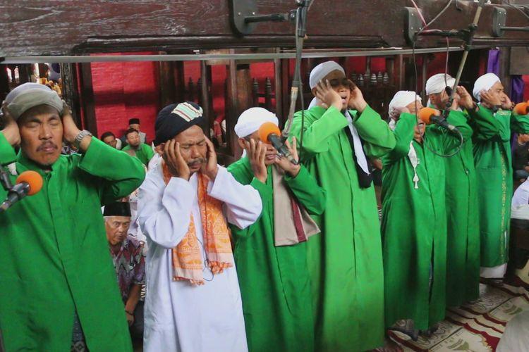 Pengurus Masjid Ini Lakukan Cara Unik Usir Virus Corona