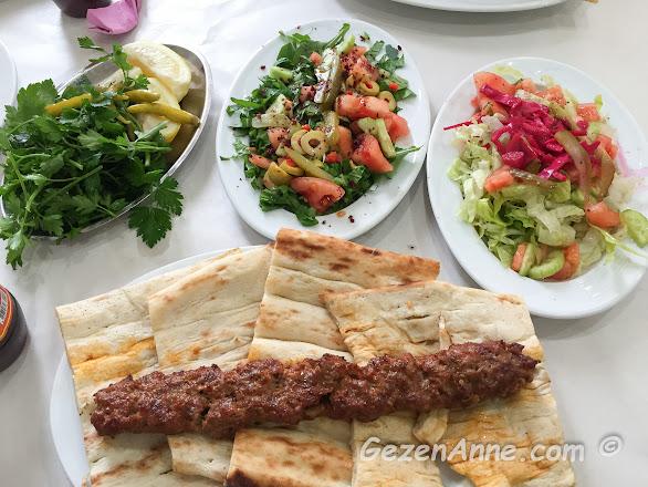 Cik Cik Ali'de Adana kebap ve bol bol salata ve yeşillikler, Adana