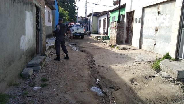 Bandidos invadem casa, fazem reféns e se entregam após negociação com a PM em Natal