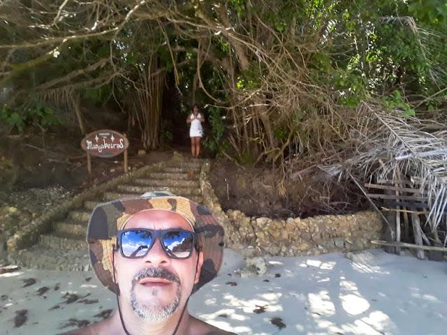 Esse é o início da trilha, na Praia das Pedrinhas, que dá acesso à Praia Tassimirim