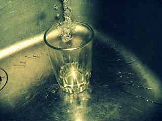 la nina que pedia un vaso de agua