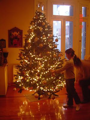 Το στόλισμα του χριστουγεννιάτικου δέντρου Κλεοπάτρα