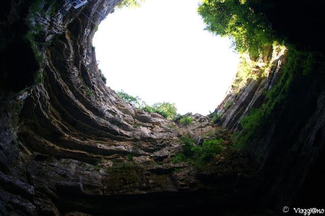 Il cratere da cui si scende verso i 100 mt sotto terra delle Grotte di Padirac