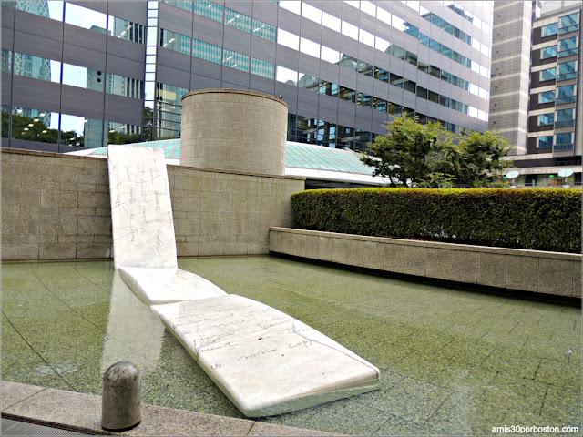 Fuente con Escultura en Shinjuku I-Land Tower, Tokio