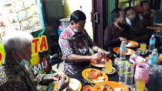 Gaya Sederhana Syafril Nursal Makan Di Pujasera Tungkal