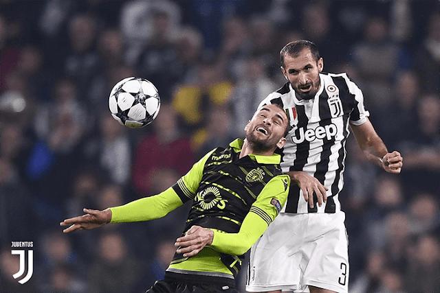 Giorgio Chiellini melakukan duel udara dengan pemain Sporting CP di laga fase group Liga Champions
