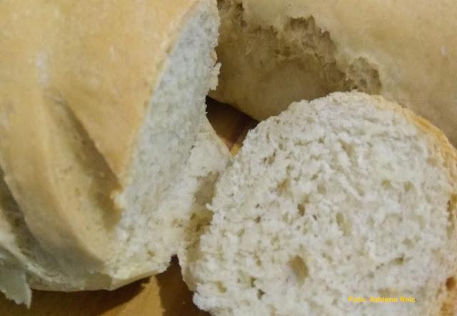 Pães cortados, mostrando o interior fofinho, com furinhos