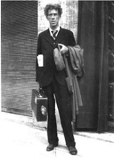 Bruno Barilli con la valigia in mano