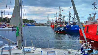 Eine Marina mit einer Hafenpromenade