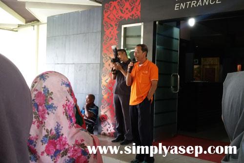 PEMANDU WISATA : Pak Syafei (guide) dari Museum Negeri Kalimantan Barat saat memberikan sambutan  kepada para siswa siswi sekolah yang berkunjung pada hari itu.   Foto Asep Haryono