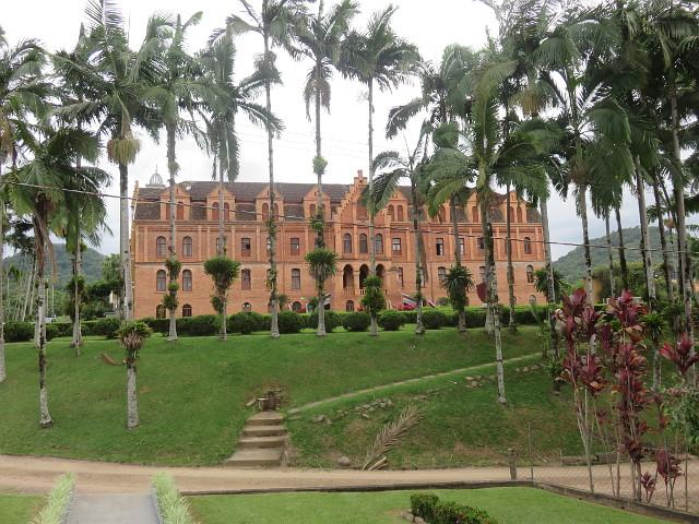 A very beautiful orange seminary in Corupá. With a big yard.