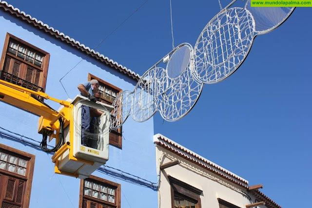 El Ayuntamiento de Santa Cruz de La Palma continúa completando la decoración navideña en diferentes puntos de la capital