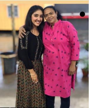 Ashnoor Kaur with her fan in mumbai
