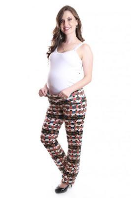 Calça estampada para grávida.