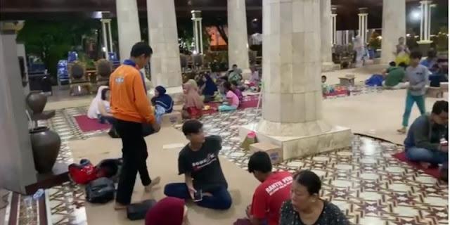 Kebakaran Kilang Pertamina, Warga Ngungsi Di Pendopo Kabupaten Indramayu