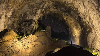 Desde dentro de la cueva Hang Son Doong se puede observar las estrellas a través de un agujero de erosión.