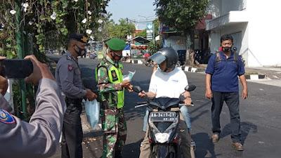 Personil Koramil 03 Parakan Bersama Polsek Penegakan Dan Pendisiplinan Protokol Kesehatan Pencegahan Covid-19 Serta Bagikan Masker Gratis