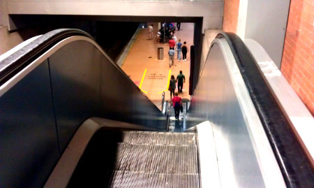 Escaleras mecánicas en estación de Atocha Cercanías Renfe de acceso al andén 1