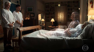 Margot é levada por Vicente e Pedro — Foto: TV GLOBO