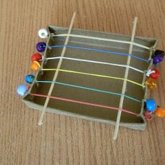 http://www.kidsweb.de/basteln/musikinstrumente_basteln/zupfschachtel_basteln.htm