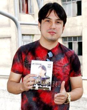 Foto de Marco Antonio mostrando su disco