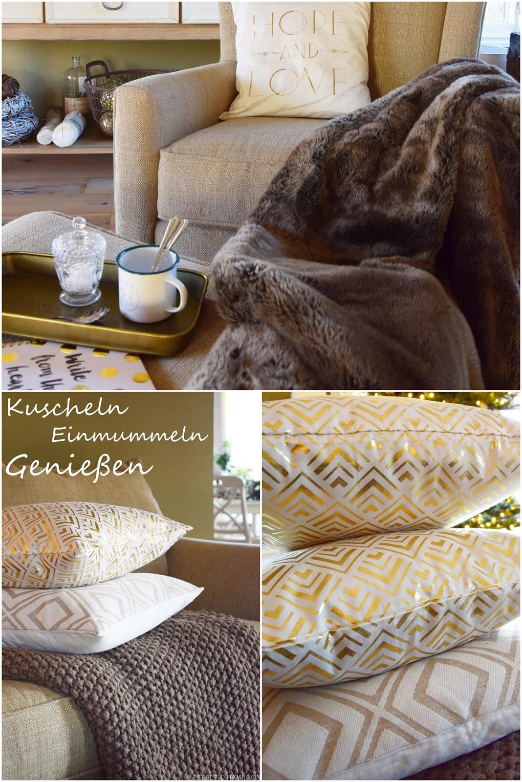 Deko fürs Wohnzimmer: winterlich weihnachtlich und gemütlich schön dank toller Kissen und Decken. Sofa, Dekotipps, Einrichten, Dekoration