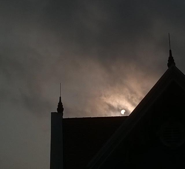 Từ Cẩm Phả, Quảng Ninh, bạn Xuân Hậu chụp lại cảnh Nhật thực một phần giữa bầu trời đầy mây mù.
