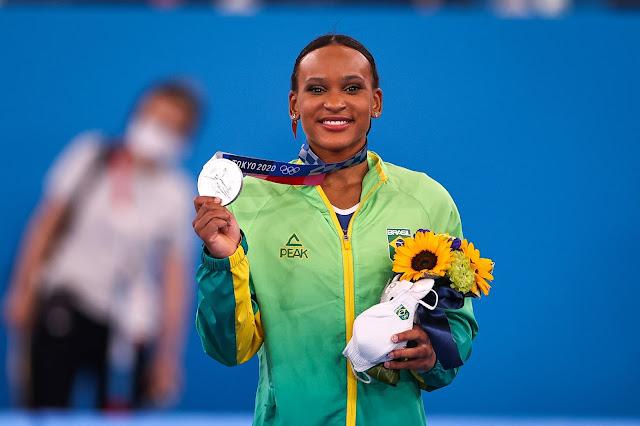 rebecca andrade sorri com medalha de prata dos jogos olímpicos de toquio 2020