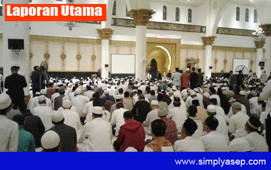 PADAT JAMAAH : Suasana saat berlansungnya Subuh Akbar Kalbar yang menghadirkan Ustad Abdul Somad Lc Ma tadi pagi (2/9) di Masjid Raya Mujahidin Pontianak. Foto Asep Haryono