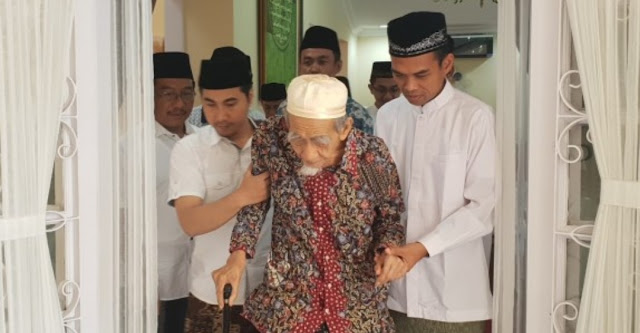 Sowan ke Mbah Moen, Ustad Abdul Somad: Belajar Ilmu Tawadhu dari Beliau