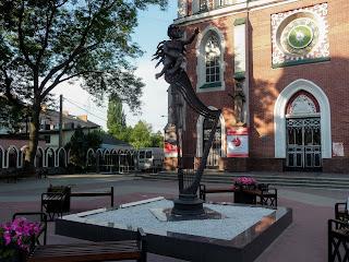 Ровно. Соборная ул. Зал органной и камерной музыки. Скульптура ангела