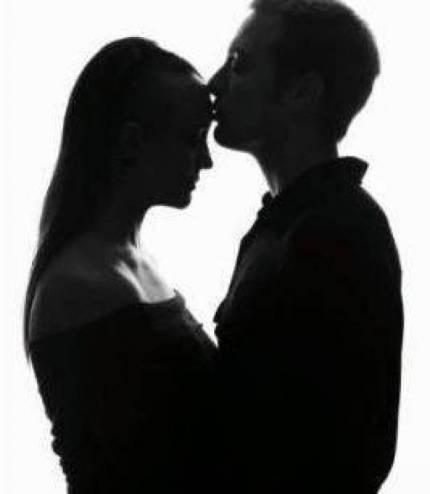 بعد أن قبلها صديقها قبلة  في الليل.. لن تصدقوا ماذا حصل لها!