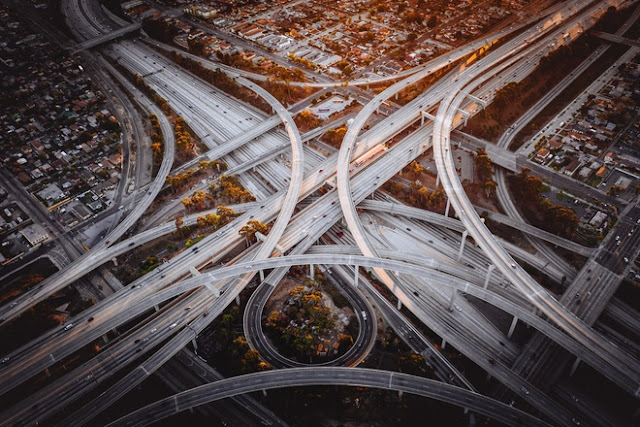 Judge Harry Pregerson (Mỹ) là một trong những nút giao thông đường bộ phức tạp bậc nhất thế giới. Nó được mệnh danh là những con quái vật của bang Los Angeles với 34 đường đan xen nhau trên 5 cấp độ, cao 40 m. Mỗi ngày có khoảng 600.000 phương tiện qua lại tại Judge Harry Pregerson. Nơi này được đặt tên theo vị thẩm phán liên bang trong vụ kiện liên quan tới việc xây dựng cao tốc I-105.
