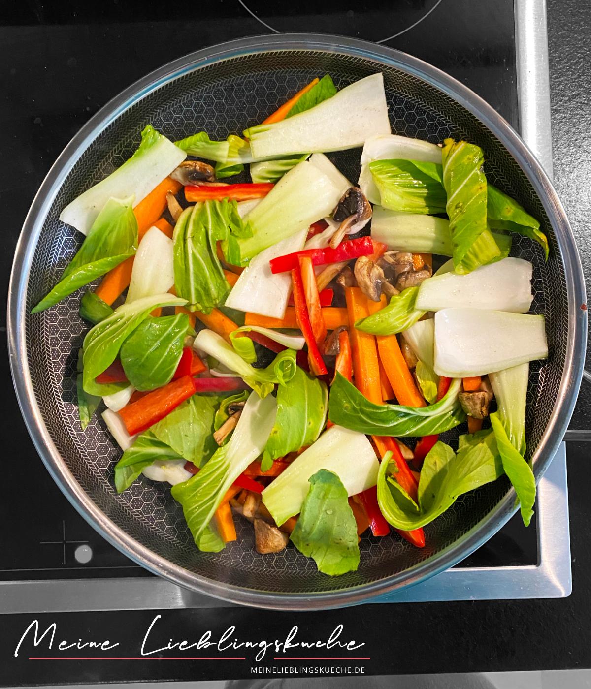 15 Minuten Gemüse-Pfanne mit Udon-Nudeln und Erdnuss-Sauce