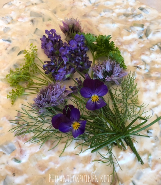 #puutarhakukkia #syötäviäkukkia #kukkiakoristeeksi #kakunpäälle #voileipäkakku #kakkukoriste #voileipäkakunkoriste #leivonta #eatableflowers #baking #cakedecor #sandwichcake