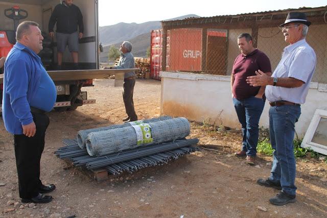 El%2BAyuntamiento%2Bde%2BAntigua%2Bentrega%2B5%2Bkm%2Bde%2Bvallado%2Ba%2Blos%2Bganaderos%2Bde%2Bcabra%2Bde%2Bcosta%2B%25281%2529 - Fuerteventura.- Ayuntamiento de Antigua entrega 5.000 metros de malla al Comisionado del Mancomún