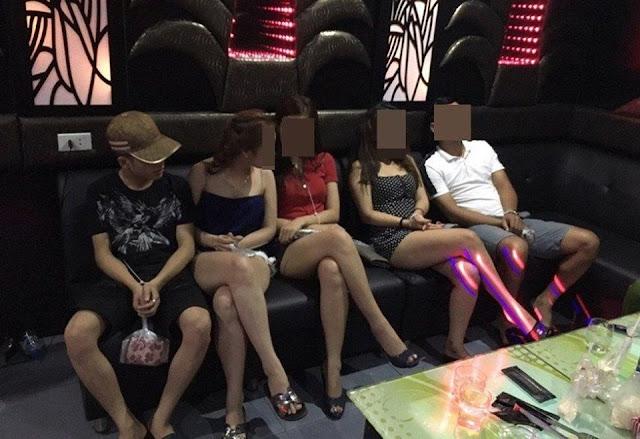 Hơn 20 khách vẫn đi hát với 4 'chân dài' đợt dịch