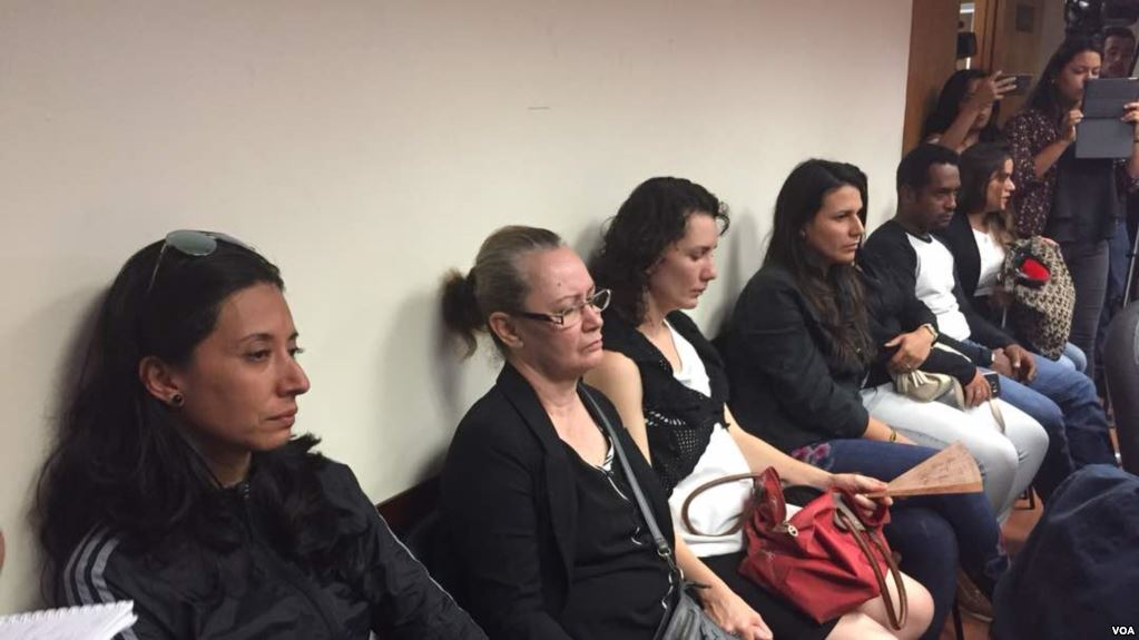 Aura Pérez entró a morgue acompañada de la diputada de oposición Delsa Solórzano / VOA