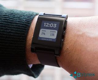 Первое поколение Pebble Smartwatch. 3 Цвета, черно-белый экран, синхронизация со смартфоном.